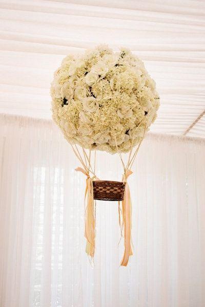 Las decoraciones flotantes son lo último en tendencias de bodas. La boda wanderlust incorpora detalles que representan los viajes. Hermoso globo hecho con rosas