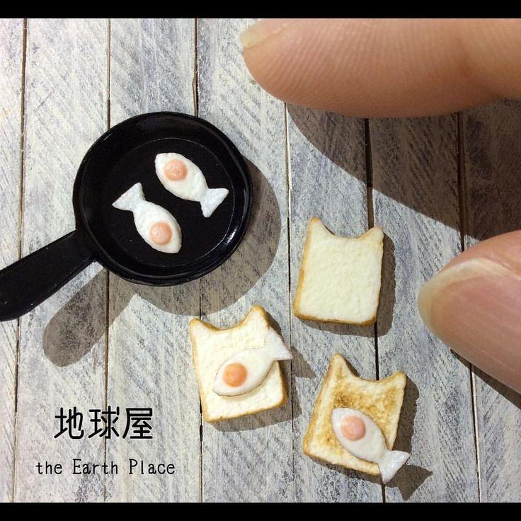 ねこの食パンにお魚の形に焼いた目玉焼きをのせて… ラピュタパンならぬ、ニャピュタパン ‼️ . こちらもminneさんで販売しています。 (トップから飛ぶことができます) #ハンドメイド #手作り #雑貨 #ドールハウス #ミニチュア #ミニチュアフード #フェイクスイーツ #スイーツデコ #粘土 #ミンネ #猫 #パン #トースト #目玉焼き #ラピュタパン #洋食 #シルバニア #リーメント #ブライス #instagramjapan #handmade #dollhouse #miniature #miniaturefood #tiny #clay #minne #cat #bread