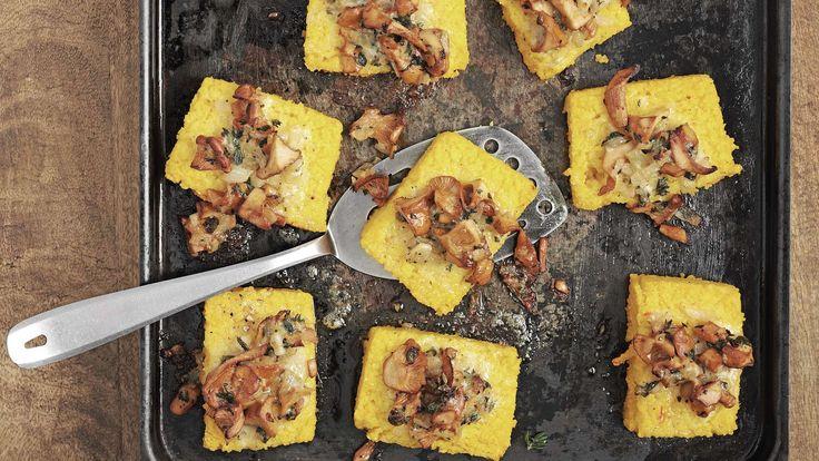 Herbstliches Hauptgericht zu Ehren der Pilzsaison: Polentaschnitten werden mit frischen Eierschwämmli, Kräutern und Greyerzer im Ofen überbacken.
