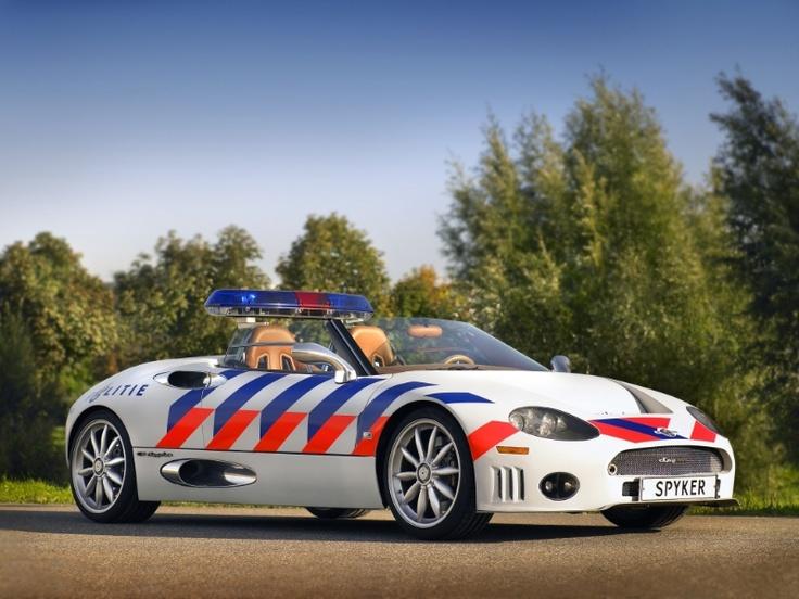 Polizia e supercar. Scelta curiosa quella olandese: gli agenti pattugliano infatti a bordo di una Spyker C8. http://giornalemotori.it/72574/se-la-polizia-mette-il-turbo/