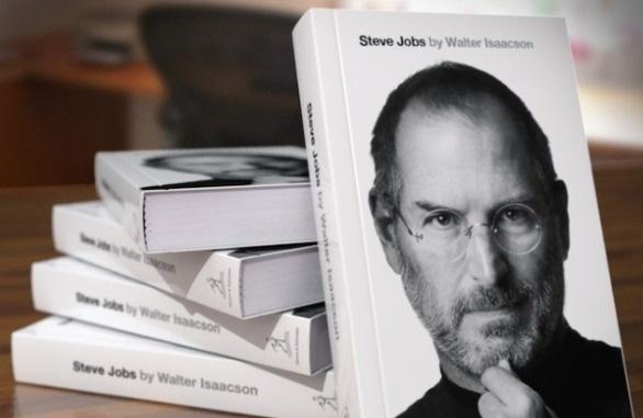 La vera storia di Steve Jobs – libro autobiografico scritto per conto di Jobs da Walter Isaacson – va a ruba in tutte le librerie. La vita del creatore della Apple, scomparso recentemente per una grave malattia, è spesso stata sotto gli occhi curiosi dei media, ma in pochi conoscono tutto di lui e della sua mania perfezionista che ha cambiato il modo di lavorare e vedere le cose di tanti.