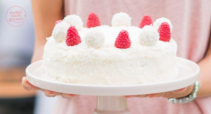 Gelingsicheres Rezept mit Bild für eine köstliche Raffaello-Torte ohne Gelatine. Praktisch: Die Kokostorte mit Beeren kann gut vorbereitet werden.