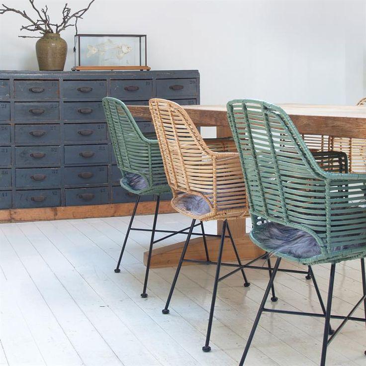 Rotan stoelen een grote houten eettafel - bekijk en koop de producten van dit beeld op shopinstijl.nl