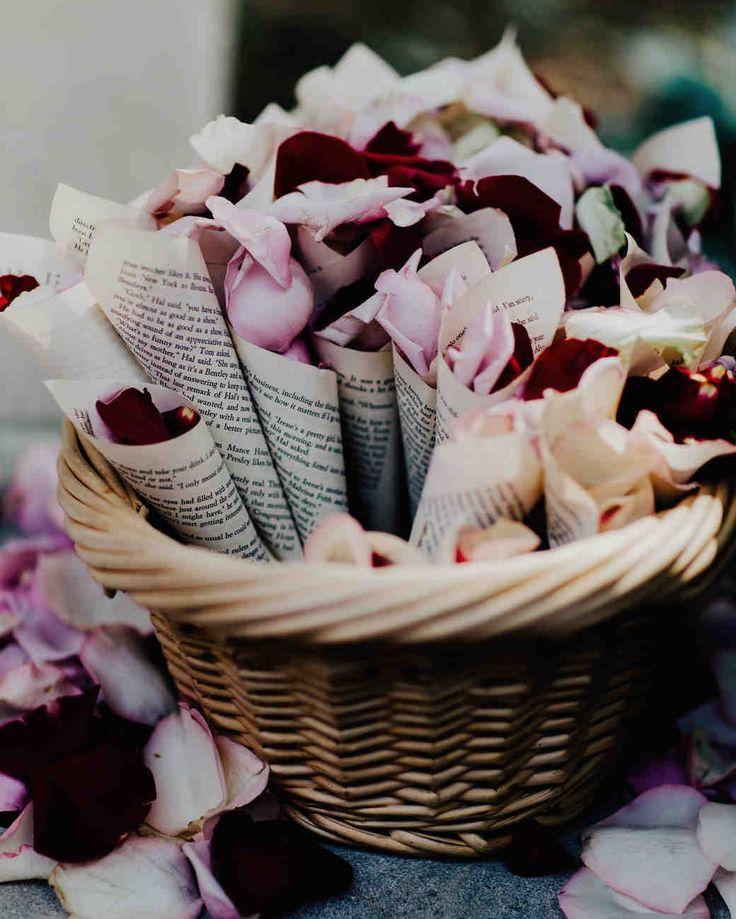 ¿Quieres ideas para decorar tu boda de rojo? ¿O quieres una temática de Día de San Valentín y no sabes por dónde empezar? Lee el artículo lleno de ideas para la decoración, comida, vestidos de damas, invitaciones de boda y hasta el ¡maquillaje de la novia! #peinadosdenovia