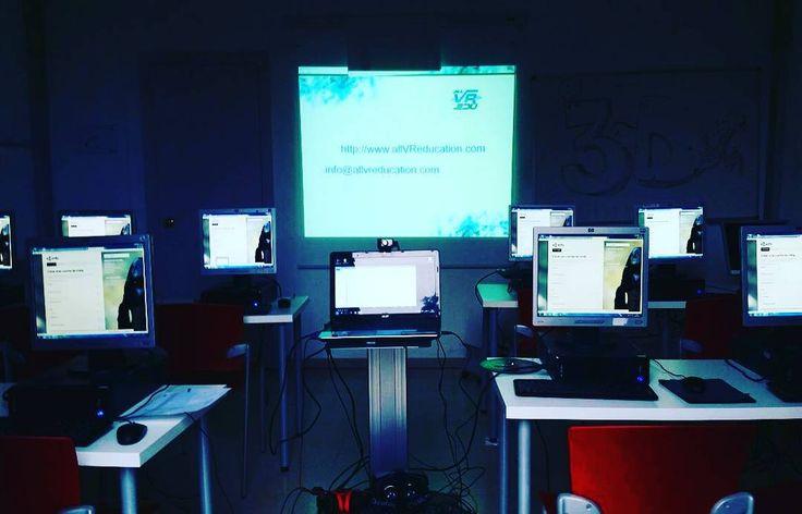 """An awesome Virtual Reality pic! Minutos antes de empezar hoy el curso """"Crea entornos de Realidad Virtual Inmersiva con Unity 3D"""" en Casal de Joves @jovessagnier con @all_VR_edu. Todos los lunes de 19h a 20'30h. #VR #VirtualReality #RealidadVirtual #unity #Unity3D #inmersive #inmersivo #inmersiva  #RealitatVirtual #GoogleCardboard #OculusRift #learning #aprendizaje #Barcelona #santgervasi #igerscat #igerscatalunya #igersbarcelona #igersbcn #innovation #innovación #classroom by all_vr_edu…"""