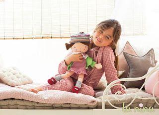 """¡Así de bonitas son las nuevas muñecas de trapo de la nina! Disponible en 4 modelos diferentes, las muñecas """"Carolinas"""", se convertirán en tu compañera de juego ideal. Suaves, lavables y divertidas se convertirán en un regalo muy especial. Muy pronto en tiendas especializadas."""