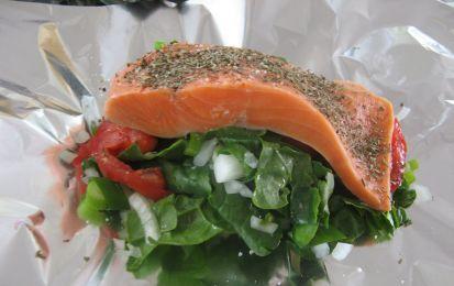 Salmone al cartoccio con verdure alla julienne - Ricetta per preparare in un solo quarto d' ora i tranci di salmone al cartoccio con verdure alla julienne, un secondo piatto ricco di proteine e grassi