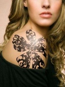 tribal tattoos Τα τατουάζ στον ώμο τα συναντάμε όλο και πιο πολύ τελευταία σε γυναίκες και όχι άδικα. Το συγκεκριμένο σημείο μπορεί να είναι σχετικά μικρό σε σχέση με την πλάτη και το χέρι, αλλά είναι ένα σημείο που μένει συνήθως ακάλυπτο και δείχνει πολύ νεανικό και seχy.