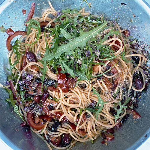 Jamie Oliver: spaghetti met verse tomaat en rucola - recept - okoko recepten