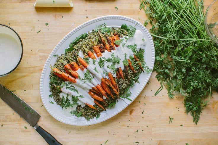 המון טעם וצבע. גזרים קלויים על מצע עדשים בליווי רוטב יוגורט וחזרת ( צילום: Kelsey Brown )