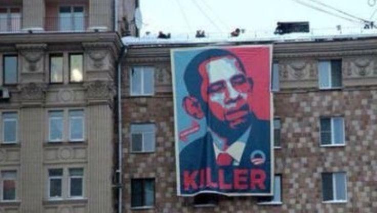"""Cuelgan Frente A Embajada De EEUU En Moscú Cartel Que Llama """"Asesino"""" A Obama"""