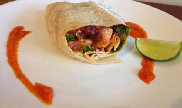 Burritos de carne de porco com molho vermelho defumado, quer experimentar? Clique na imagem! #burrito #molhovermelho #comidamexicana #México #tudoreceitas