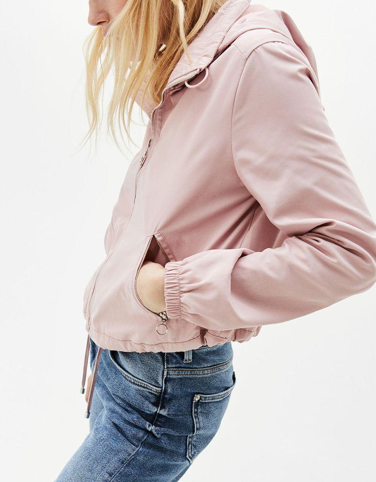 Cazadora nylon con capucha. Descubre ésta y muchas otras prendas en Bershka con nuevos productos cada semana
