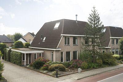 LET OP: deze woning wordt aangeboden met een vanafprijs. Biedingen vanaf € 325.000,- k.k. worden door de verkoper serieus in overweging genomen!    Inruil van een appartement in Arnhem Noord of Velp is zeker bespreekbaar!    Modern helft van dubbel woonhuis met o.a. een werkkamer op de begane grond, aangebouwde garage, eigen oprit en fraai aang