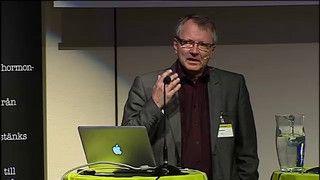 Åke Bergman, professor i material- och miljökemi vid Stockholms universitet, anser att Sverige behöver göra fler exponeringsanalyser av nya kemikalier. Han berättar att testikel- och sköldkörtelcancer är några av de effekter som de hormonstörande ämnena har på oss människor.