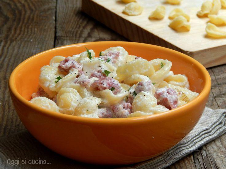 Le orecchiette pugliesi con salsiccia fresca e ricotta sono un primo piatto cremoso, veloce e semplice da preparare.