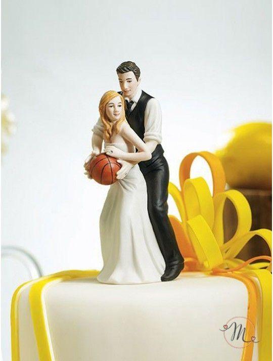 Cake topper - Sposi basket. Impreziosisci la tua torta nuziale con questo sportivo ma comunque romantico cake topper in porcellana dipinta a mano. Questo cake topper appartiene all'esclusiva collezione Weddingstar. Personalizzabile. Misure: h 13,5 cm x 5 cm.