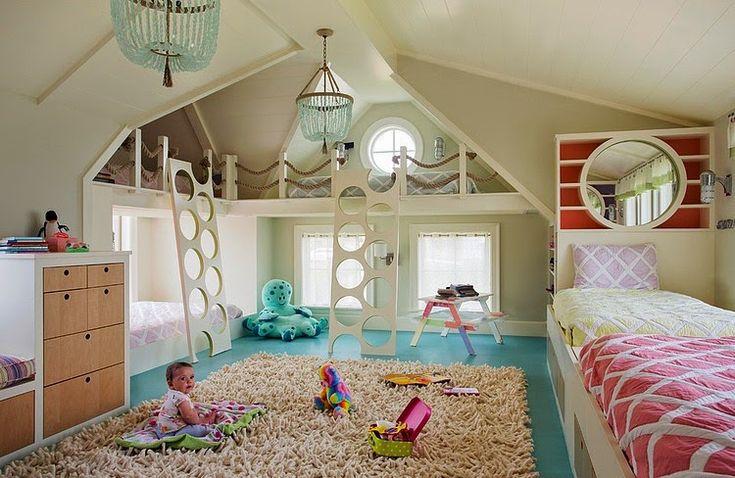 quarto infantil bem iluminado e colorido, com piso azul turquesa. As escadas que levam às camas são bem originais e criativas.