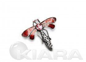 Metalowa mał ważka z oryginalnym kryształem w kolorze różowym, wyraźne ażurowe szczegóły, galwanizowana starym srebrem.  Emaliowane na kolor...