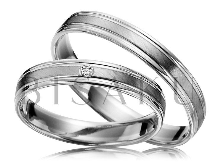 R143 Nenechte se oklamat šířkou těchto prstenů. Jsou sice tenké, ale plně vystačí. Proč? Jejich design je souměrný - kraje jsou lesklé a rámují tak prostřední matnou část prstenů, která vyniká jedinečným šikmě linkovaným matem. Ten se nádherně leskne - přesvědčíme vás, že i mat se může lesknout! #bisaku #wedding #rings #engagement #svatba #snubni #prsteny #palladium