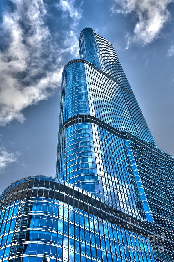 TRUMP TOWER: 92-story condo/hotel structure designed by architect Adrian Smith of Skidmore, Owings and Merrill. Height of 1,389 feet (423 m) including its spire. Originally declared by Trump that it was to become the world's tallest building, plans were scaled back after 9/11. #TrumpTower #ChicagoArchitecture #ChicagoSkyline