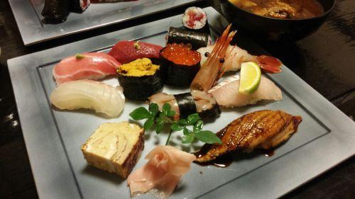 Homemade Sushi VS Professional Sushi 手作り(てづくり)寿司(すし) 対(たい) 職人(しょくにん)の寿司(すし) My mom makes sushi with fish marinated with vinegar. 私(わたし)の母(はは)は酢(す)でしめた魚(さかな)で寿司(すし)を作(つく)ります。 Even though it's too big to eat in one mouthful, everybody love her...