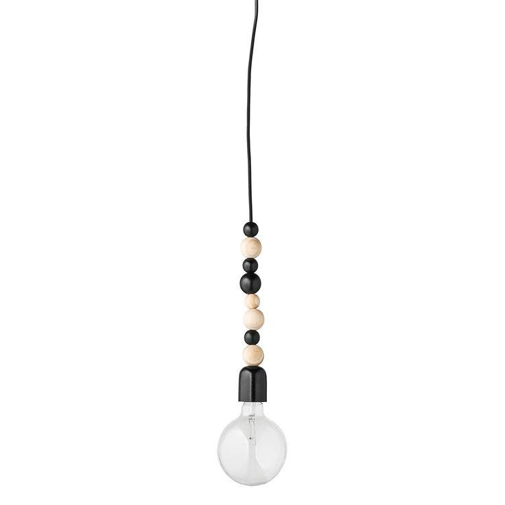 De producten van het woonmerk Bloomingville staan bekend om haar hoge 'fun'-factor, deze Bloomingville plafondlamp bewijst dit maar weer eens. De lamp bestaat uit een zwarte fitting en 8 houten, gestapelde bolletjes. Geschikt voor een gloeilamp van 60 Watt,  E27 fitting, het snoer van textiel is 1.2 meter lang. Tip: combineer met een zwarte tafellamp of staande lamp voor een mooi geheel.