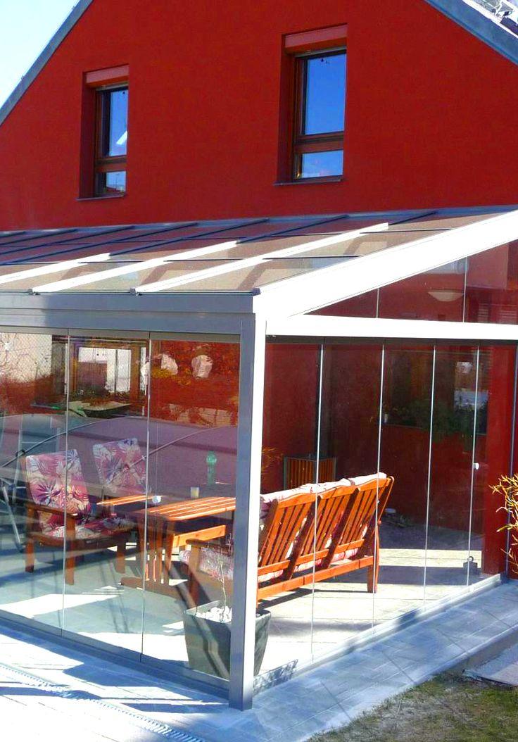 Zastřešná terasa jako přístavba k domu vám poskytne plnohodnotnou místnost a prostor navíc. Vsaďte na syté barvy ve spojení s pevným hliníkem a skleněnými panely.