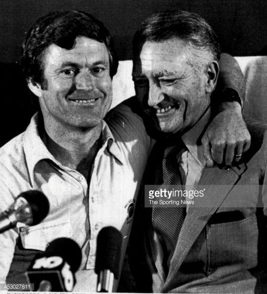 News Photo : Philadelphia Eagles Head Coach, Dick Vermeil hugs...