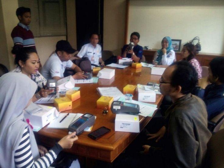 Wajib Pajak secara langsung mempraktekan pengoperasian alat e-POS dengan panduan petugas UPPD Tebet dan Sudin Pelayanan Pajak Jakarta Selatan