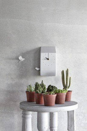 Add something truly original and stylish by opting for this clock with two birds that will surely become a very eye-catching detail in any interior. It is a modern interpretation of a traditional cuckoo clock.
