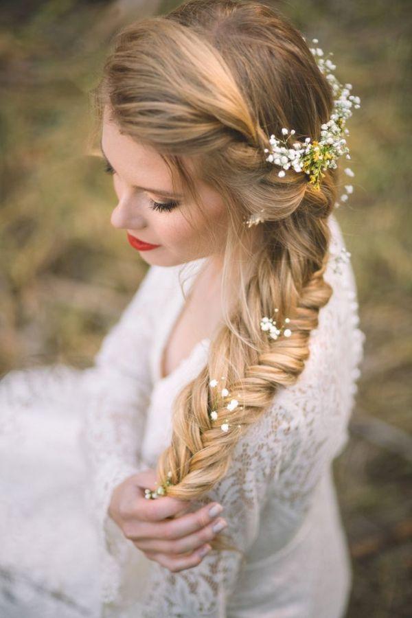 (Foto 12 de 15) Trenza lateral con pequeñas flores campestres a lo largo del cabello, Galeria de fotos de 15 peinados de novia bohemios