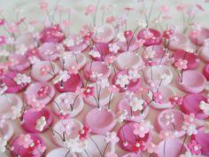 Porta docinho flores <br>Biscuit e arame <br>Preço por unidade <br>Faça um pequeno jardim na sua mesa de festa com essas forminhas! <br>Medida aprox.: <br>Quantidade mínima para pedido: 10 unidades <br>Cores variadas