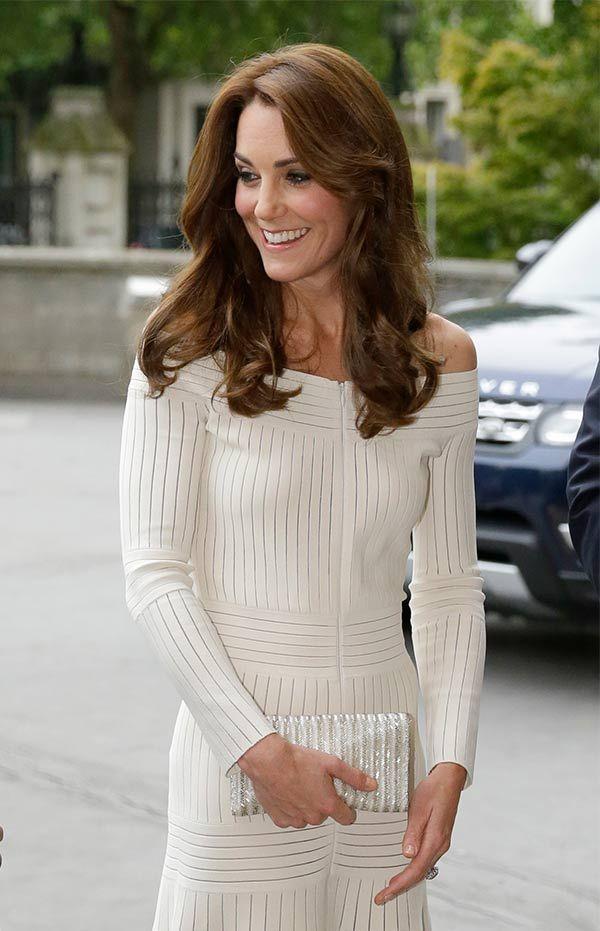 kate middleton off the shoulder | La Duquesa de Cambridge se suma a la moda off-the-shoulders y lo hace ...