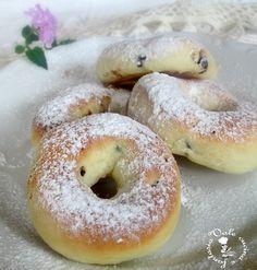 Ciambelline con ricotta e gocce di cioccolato,deliziose ciambelline di pasta brioche con ricotta fresca e cioccolato per una colazione sana e genuina
