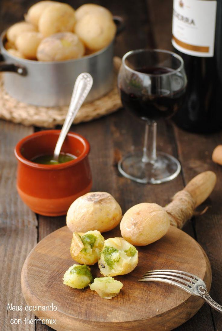 Las papas arrugadas o arrugás  es un plato típico de la gastronomía canaria. Este e s un plato resultante del ingenio de las amas de ca...