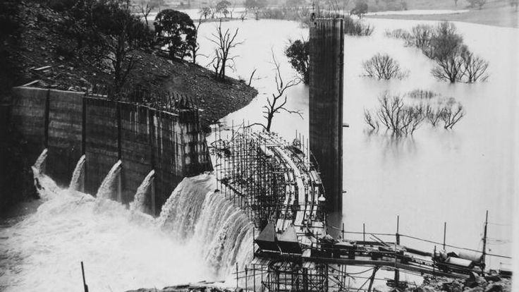 Construction of the Suma Park Dam, 1960. Photo:  The Collections of Central West Libraries.