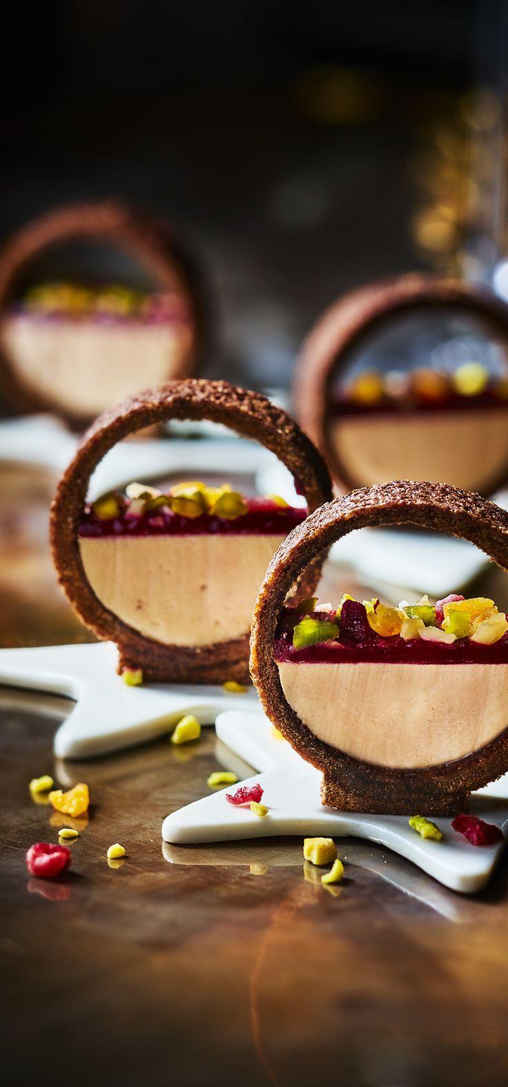 #MaTableAuSommet Au centre d'un anneau croustillant au cacao, elles se composent d'une base de bloc de foie gras de canard nappé d'un coulis de cassis noir de Bourgogne et recouvert de fruits secs. #FoieGras #Festif #Apéritif