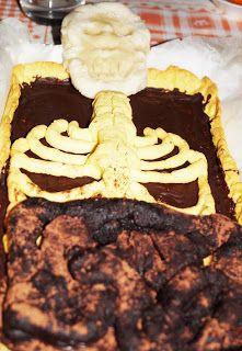 Torta horror halloween Ecco la ricetta della mia torta horror di Halloween a forma di scheletro. Per vedere la ricetta completa andate su http://pimikiallaricettadellaformulaperfetta.blogspot.it/2016/11/torta-di-halloween.html  Halloween horror skeleton cake recipe