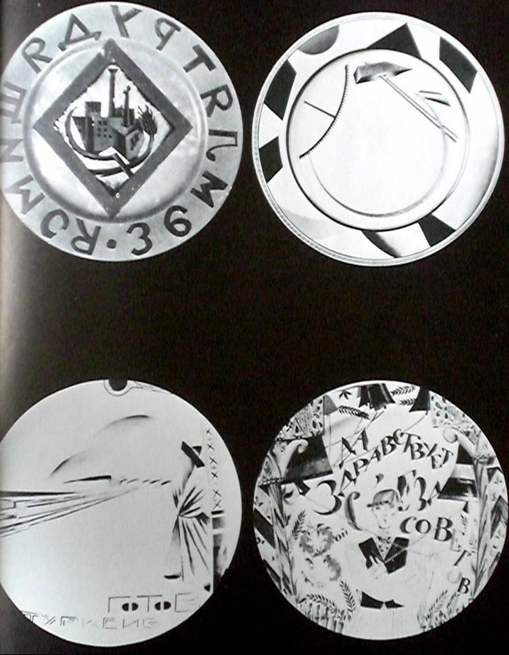Altman, assiette La Terre aux travailleurs, 1919; Tchekhonine, assiette Faucille et marteau, 1919;Leneva, assiette Le Tourksib, 1930.; Chtchekotikhina-Pototskaia, assiette Le Carillonneur, 1921