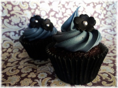 Devil's Chocolate and Black flowersBeautiful Cupcakes, Cupcakes Ideas, Floral Cupcakes, Black Flowers, Flower Cupcakes, Cups Cake, Black Cupcakes, Deviled Chocolates, Black Floral