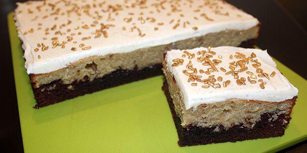 Superlækker kage, der smager præcis som en bananasplit. I bunden er der chokoladekage, i midten banankage og på toppen er der skøn vaniljecreme – alle de smage, der også er i en bananasplit.