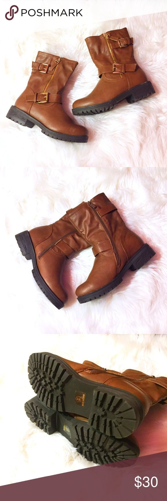 """Camel Motorcycle Boots 🏍 Double buckle motorcycle boots in camel body color, black sole and gold hardware. The sole has an interesting detail around the heel (see pics). 1.75"""" heel, 8"""" shaft height, 13"""" circumference, fully functional zipper on inside. Ordered online but was sent these by mistake so looking to get rid of them. Doesn't come with original box. Offers welcome. Please ask questions and feel free to bundle with other items in my closet for a discount! 💕 Shoes Combat & Moto…"""