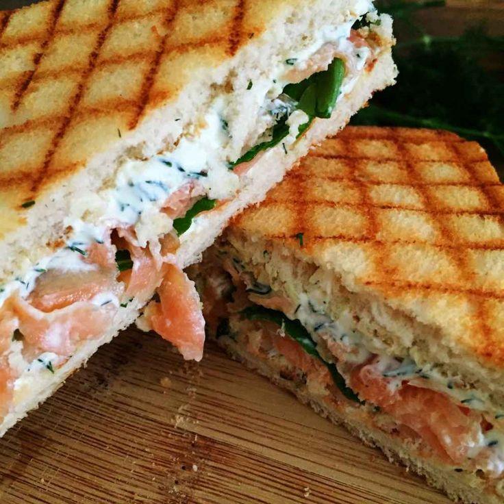 Sanduiche de salmão e cream cheese.
