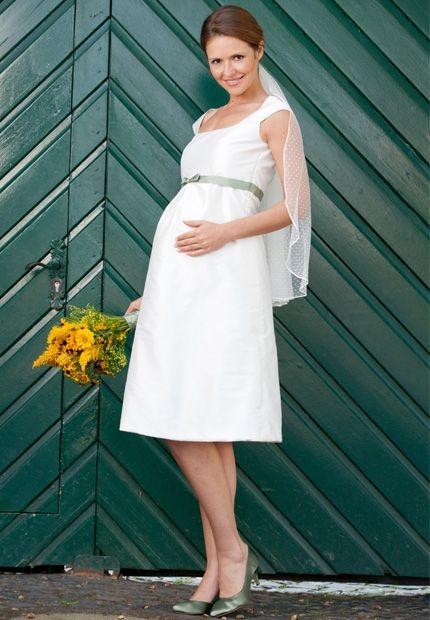 /// wedding dress for pregnant