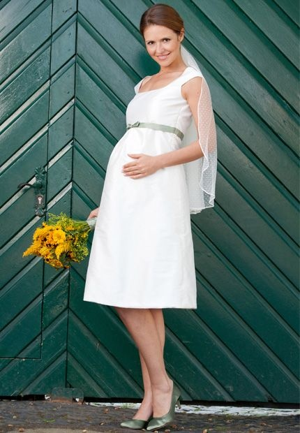 /// wedding dress for pregnant
