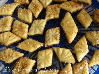 Makroudh dürfen jetzt im Ramadan auf keinen Fall fehlen. Die traditionellen Makroud stammen aus Kairoun, sind mit Dattelpaste gefüllt und werden im heißen Fett frittiert. Da ich jetzt nicht so gerne frittiere, war ich sehr froh, dieses Rezept für Backofen...