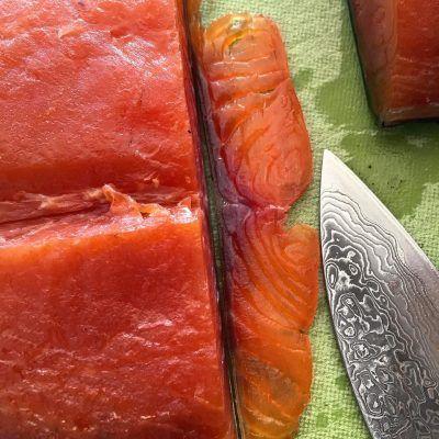 Recette de saumon fumé à froid sur votre fumoir. Réaliser de délicieuses tranches de saumon fumé à froid à la maison avec à cette recette facile.