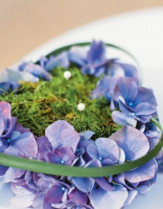 Ringkissen in Herzform aus Hortensien und Moos – heart shaped ring pillow made from hydrangea and moss – www.weddingstyle.de