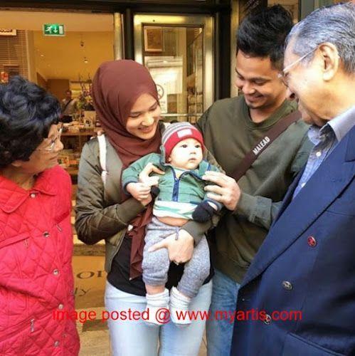 6 FOTO & 2 VIDEO - BILA HAIRUL AZREEN SEKELUARGA JUMPA MAHATHIR & ISTERI DI LONDON   Beruntungnya Hairul Azreen sekeluarga bila dapat berjumpa dengan bekas Perdana Menteri Malaysia Tun Dato' Seri Dr Mahathir Mohamad bersama isterinya Tun Siti Hasmah ketika bercuti di London. Lebih beruntung anaknya Yusuf Iskandar yang bukan sahaja dapat berjumpa malah didukung oleh Tun Siti Hasmah. Bertuahnya Yusuf... bila dah besar nanti boleh tonton semula sebab ayah dan ibu Yusuf sempat merakamkan memori…